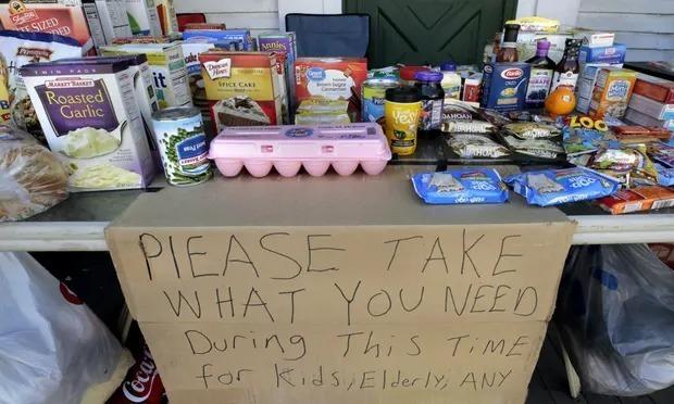 Một quầy nhu yếu phẩm miễn phí dành cho những người khó khăn ởNew Hampshire (Mỹ). Ảnh: AP.
